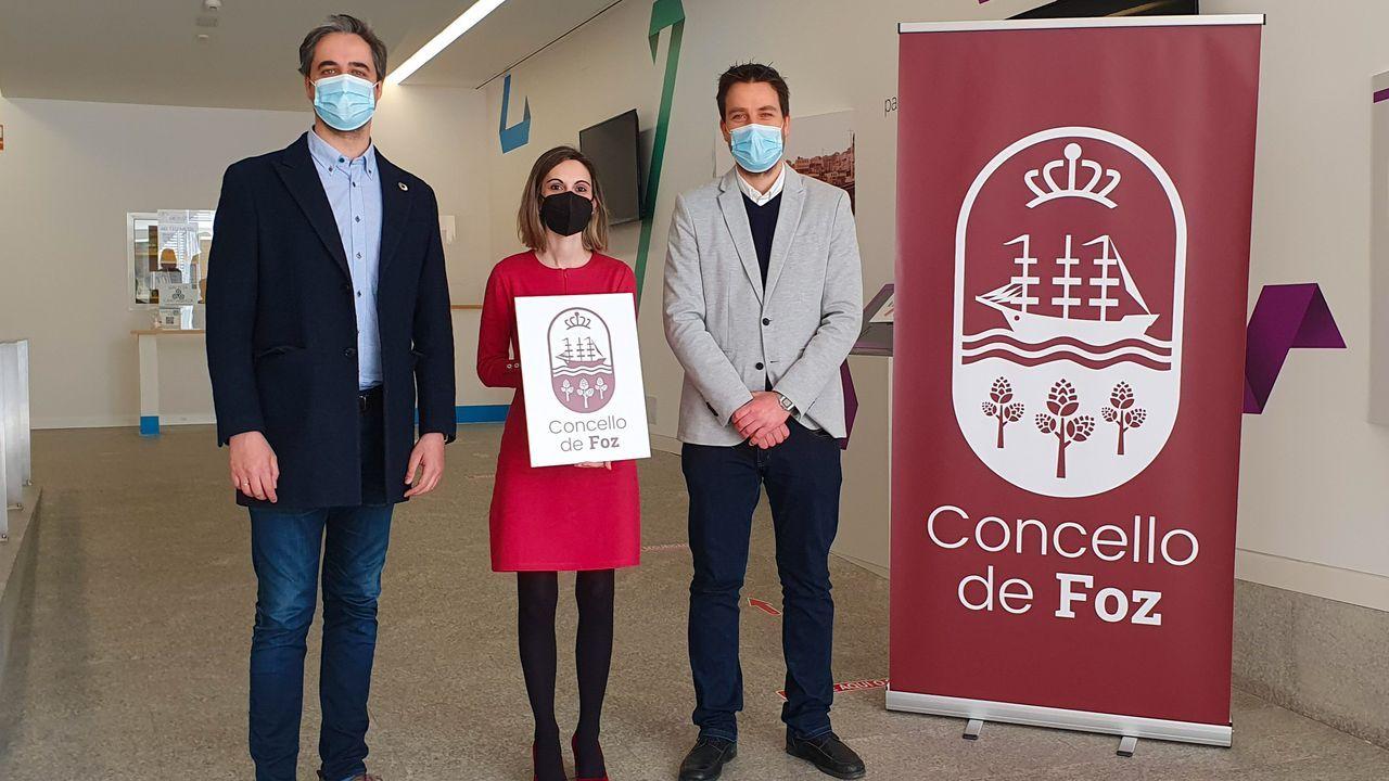 El alcalde de Foz (a la derecha) y varios concejales socialistas presentaron públicamente el pasado día 20 de marzo la nueva imagen corporativa del Concello