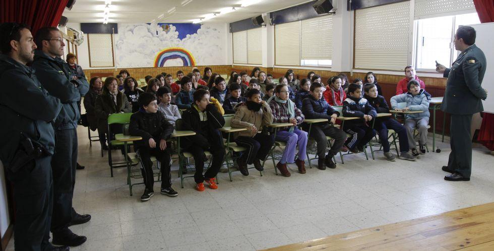 Los estudiantes de Castroverde en la charla que ofreció ayer el guardia Ramón Peña sobre la seguridad de Internet.