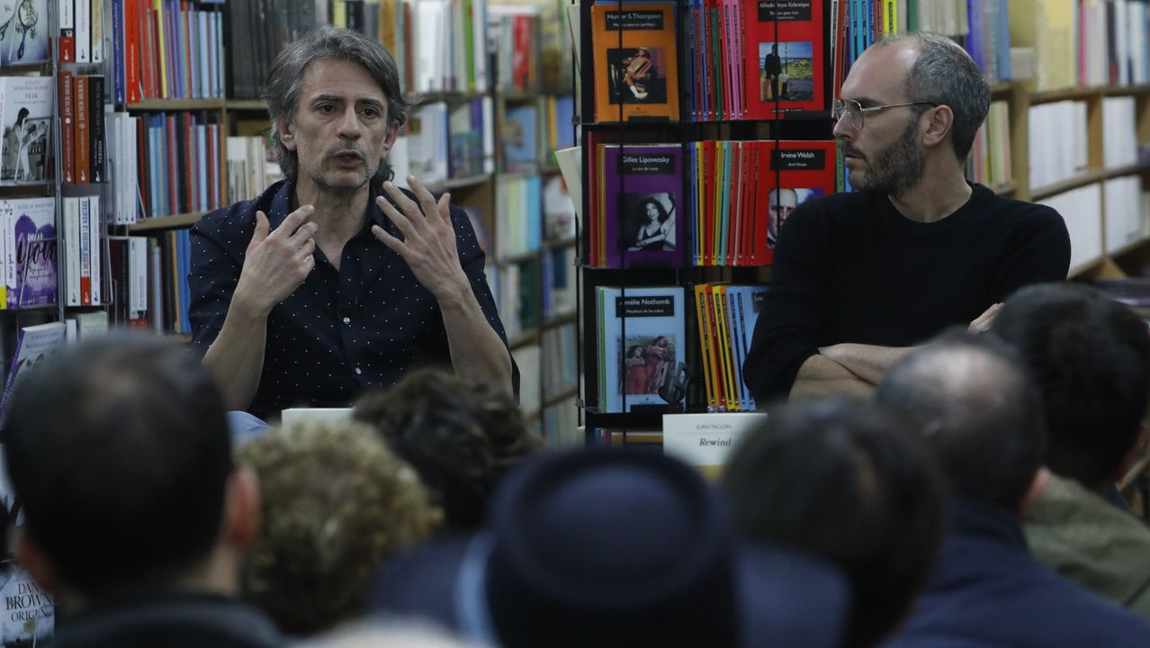 Las marchas del 8M llegan a Oviedo.O escritor Juan Tallón (esq.) co actor Tito Asorey, na libraría Tanco