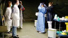 El hospital militar instalado en el aparcamiento subterráneo del Hospital Universitario Central de Asturias (HUCA) ha comenzado a recoger las primeras muestras a los profesionales sanitarios