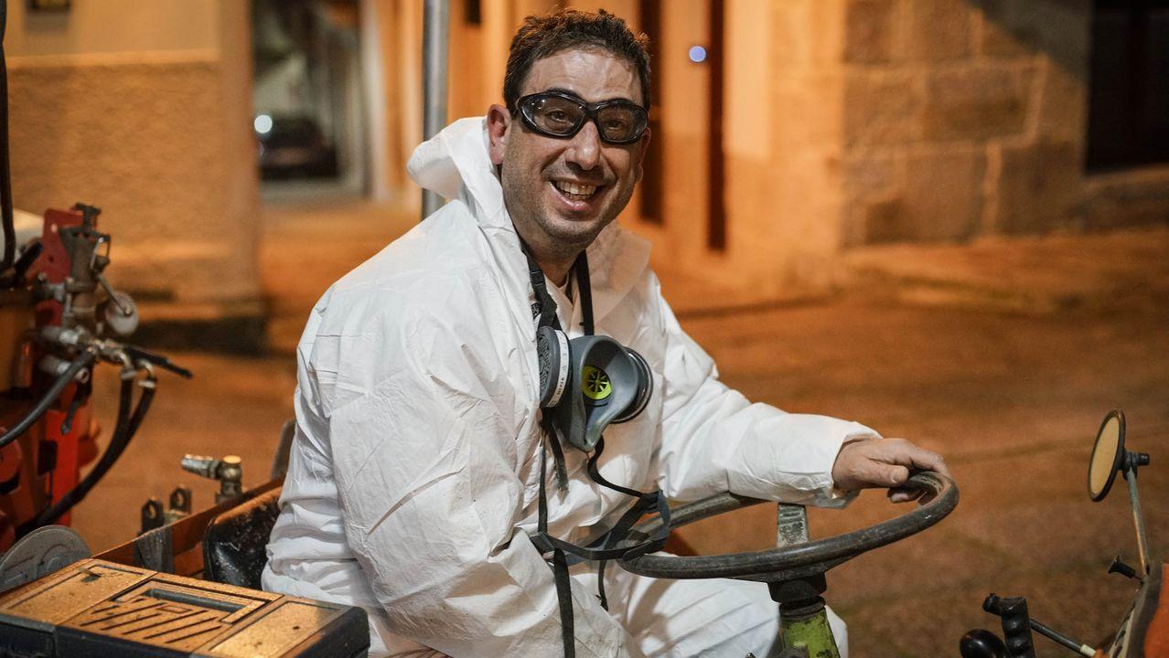 Asturias, asturiano, comunidad vecinal, Pola de Siero .Milo Rivas, viticutor de O Ribeiro que colabora en la desinfección con su tractor.