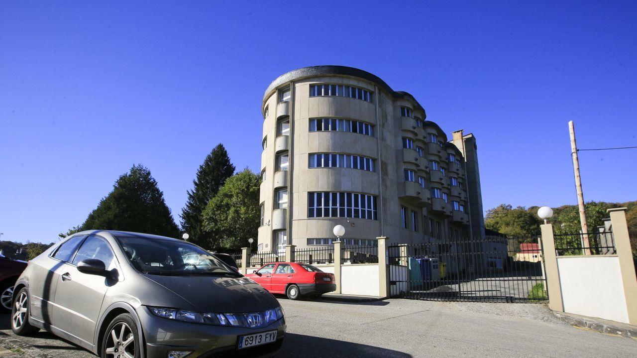 Feijoo anuncia las nuevas restricciones.Exterior de la residencia de mayores de Sarria, que registra un brote de coronavirus con más de 50 afectados