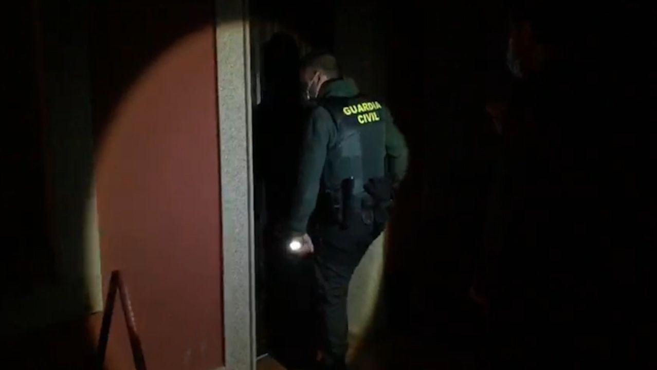 Detención de unos vecinos de Celanova por robar en doce casas de la aldea de Carballedo, en Lugo.Vacunación en una residencia de mayores de Pontevedra