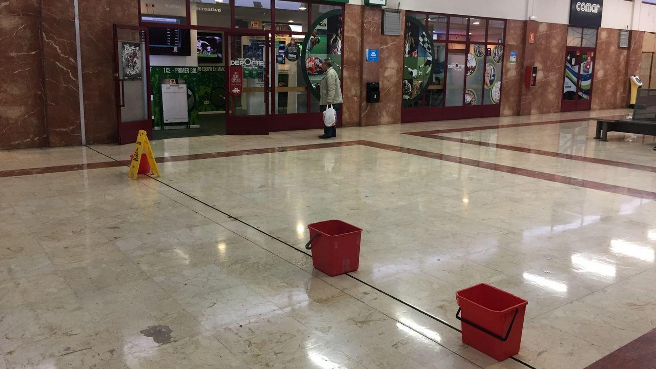 CONSECUENCIAS DEL TEMPORAL ANA: goteras dentro de la estación de buses