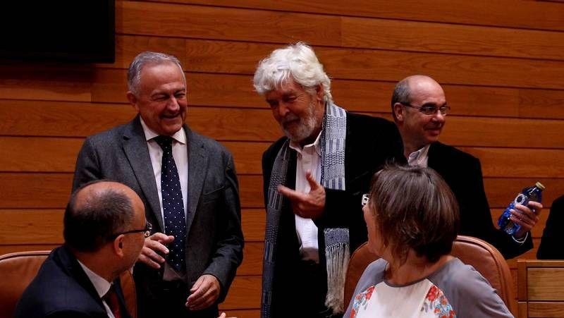 El debate sobre el estado de la autonomía en imágenes.Beiras dialoga con el diputado socialista Abel Losada, ayer en la Parlamento de Galicia.