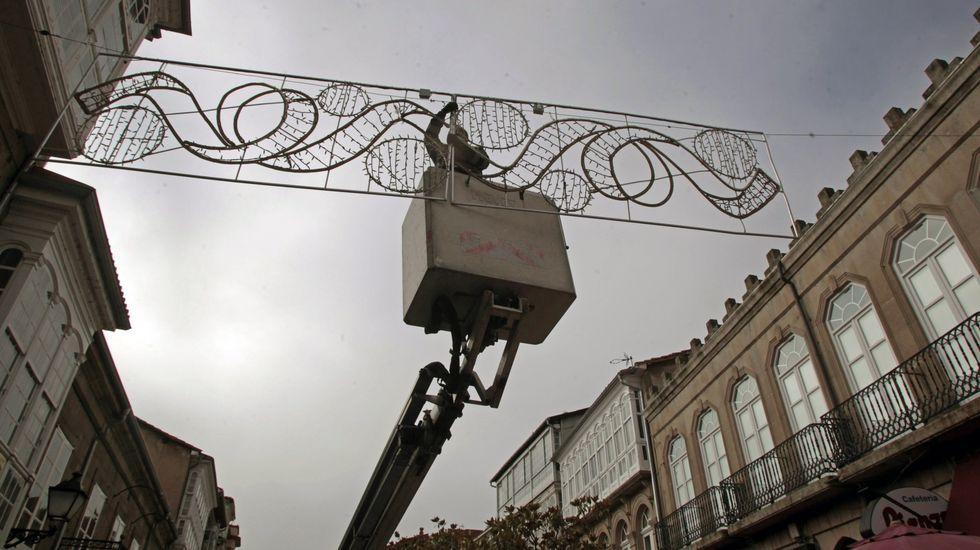 Colocación del alumbrado navideño de este año en la calle Cardenal