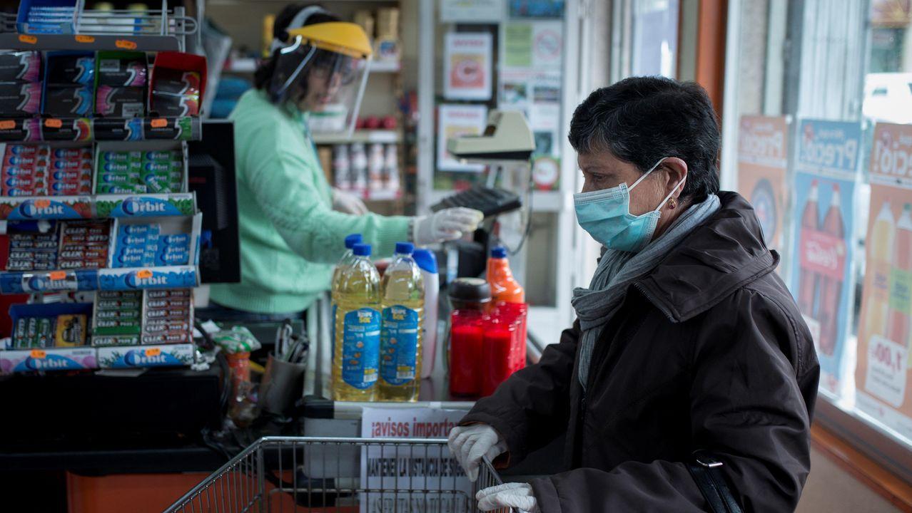 Una mujer realiza la compra en un supermercado de San Cristovo de Cea (Ourense)