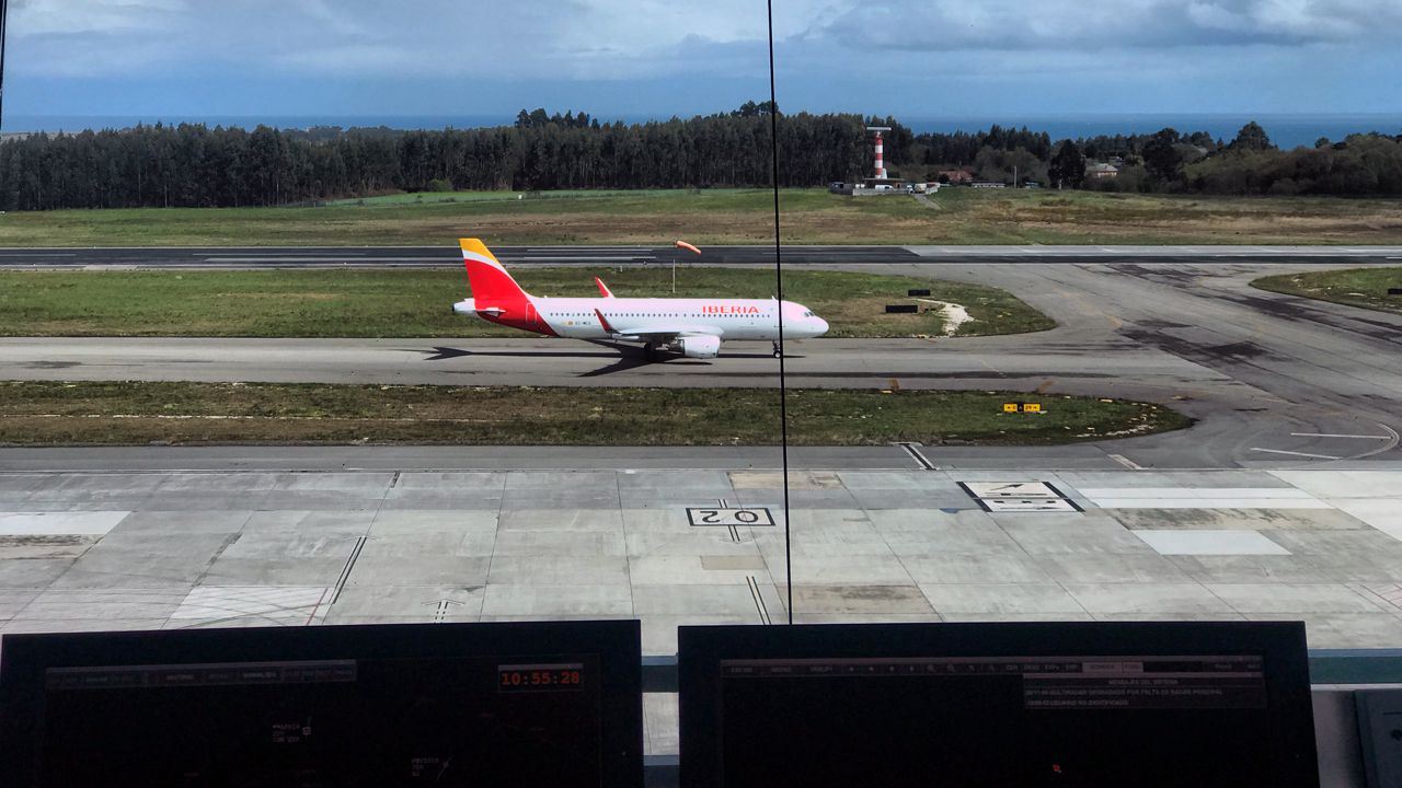 avión air nostrum.La pista del aeropuerto de Asturias, desde la torre de control