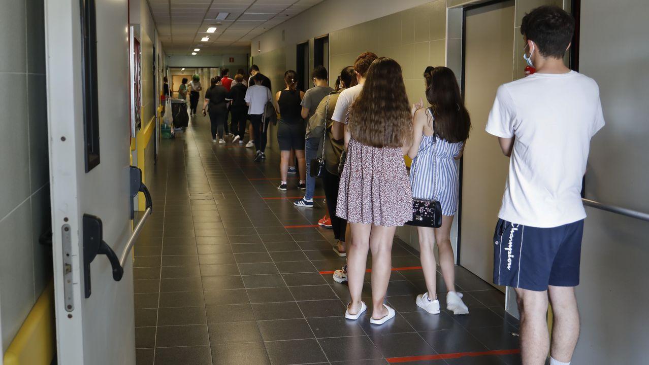 Jóvenes de 16 a 20 años de edad esperan turno en el Clínico tras ser citados para un cribado masivo que continuará este viernes