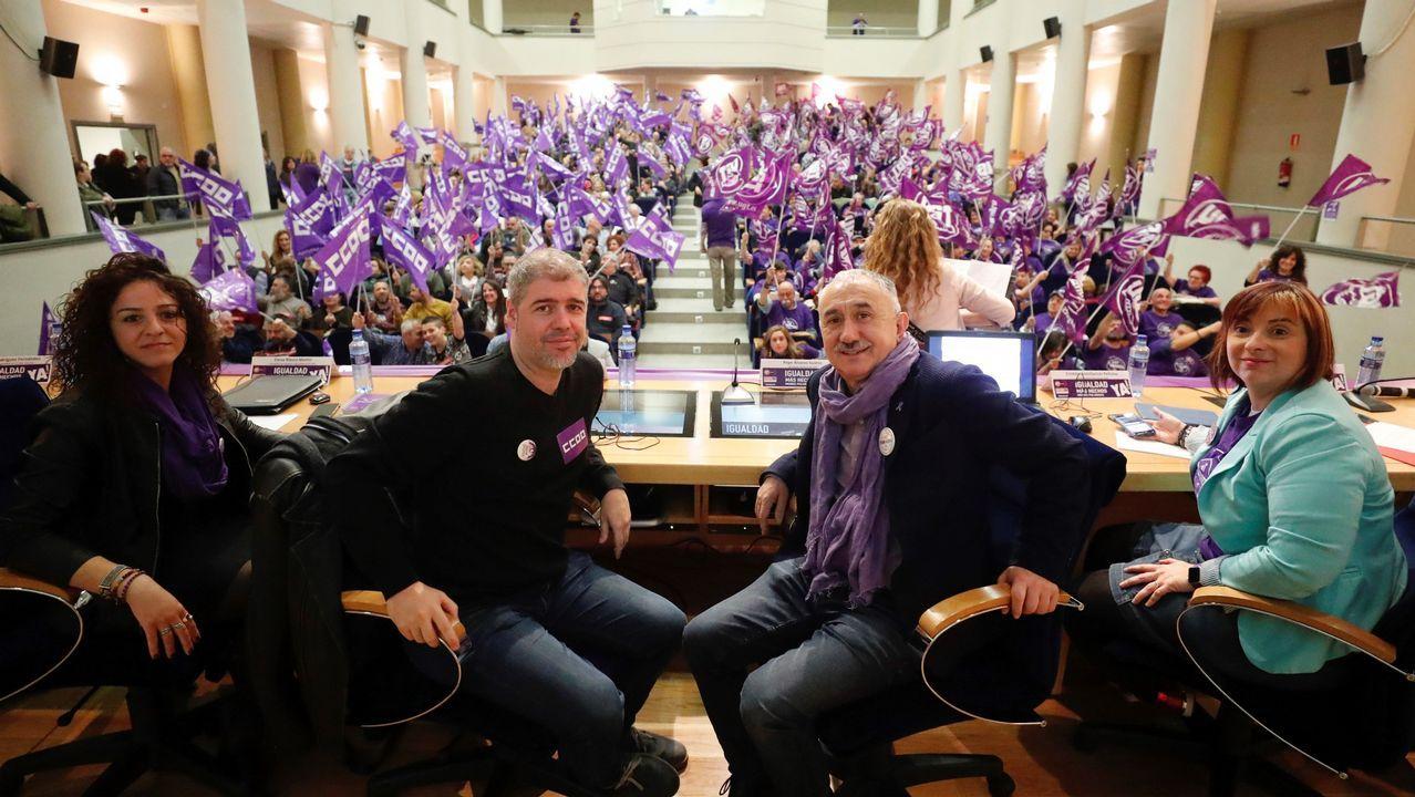 os secretarios generales de UGT y de CCOO, Pepe Álvarez (2d) y Unai Sordo (2i), respectivamente, intervienen en una asamblea conjunta confederal de ambos sindicatos bajo el título  Más hechos y menos palabras. Sumando fuerzas, hechos ya!