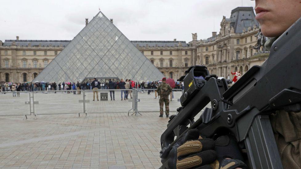 Un soldado dispara contra un hombre armado con un cuchillo en París.Reda Abdullah al-Hamamy, padre de Abdullah Reda, autor del ataque frustrado en el Louvre