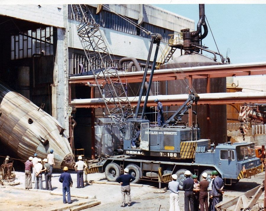 El Algarrobico, a un paso de ser demolido tras diez años de retraso.Ence presume de su constante renovación tecnológica -colocación del digestor en 1978-.