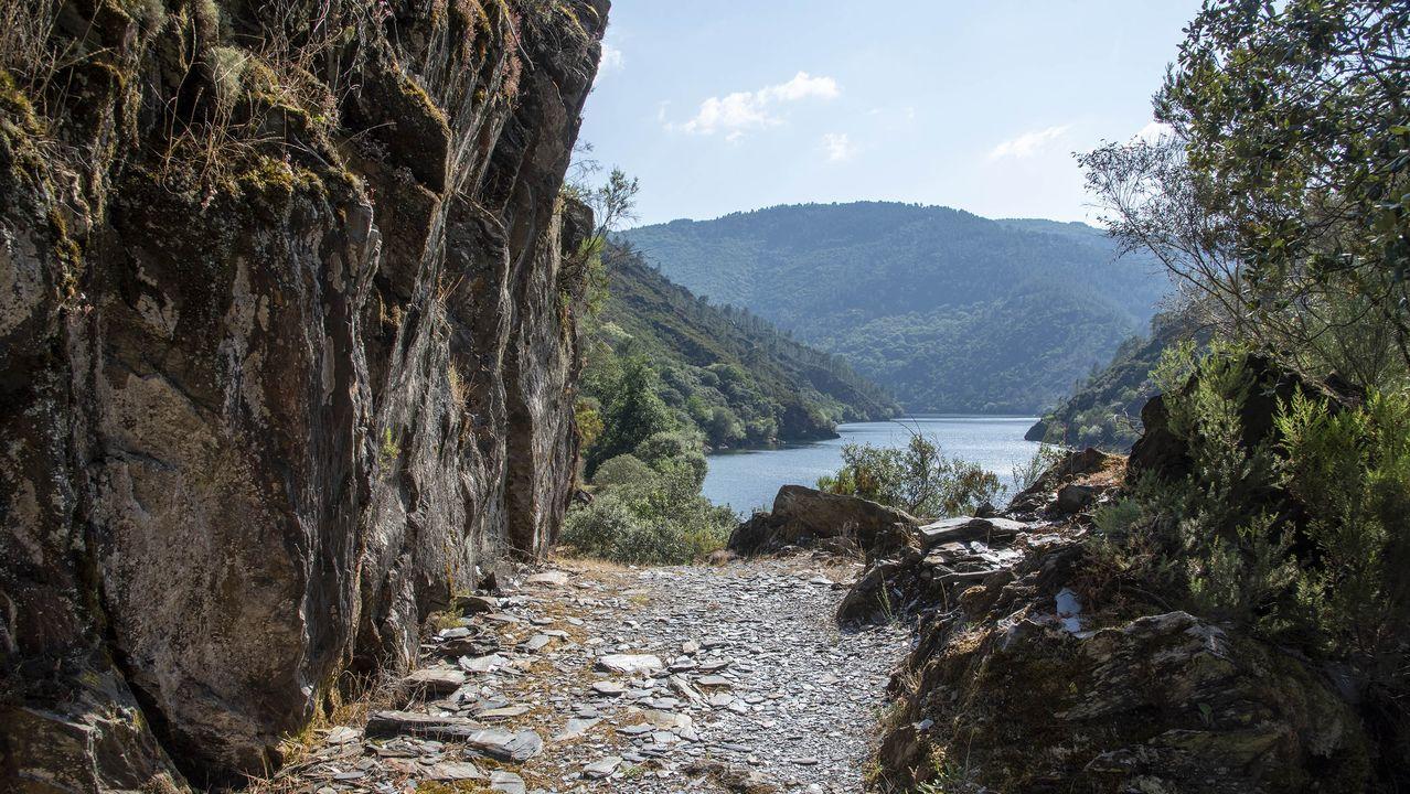 El camino pasa por un singular pasadizo rocoso en Pena Tallada