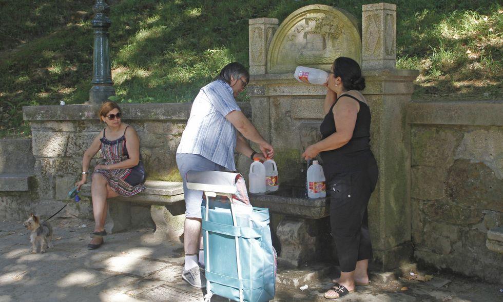 La fuente que está dentro del parque de Castrelos tenía ayer mucho movimiento.