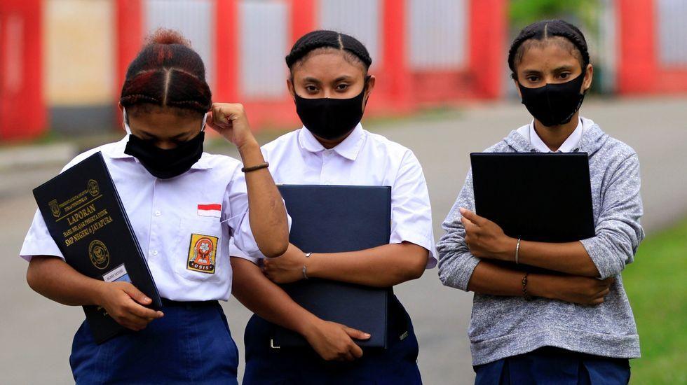 Estudiantes de Papúa llevando mascarilla