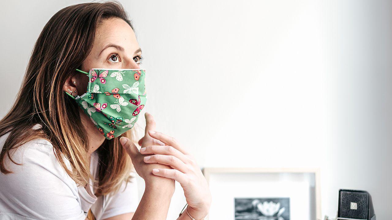 La pandemia en el mundo: la civilización se sumerge en una nueva era.Silvia González posa desde su casa con una mascarilla