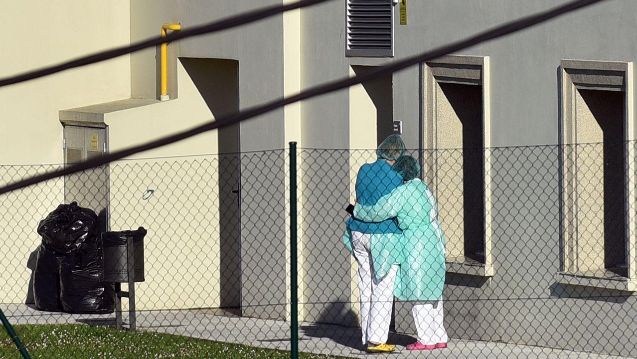 Imagen de archivo del personal de la residencia O Portazgo abrazándose . Fue una de las primeras afectadas por el covid-19 en A Coruña.Ambulancias en Urgencias del Chuac