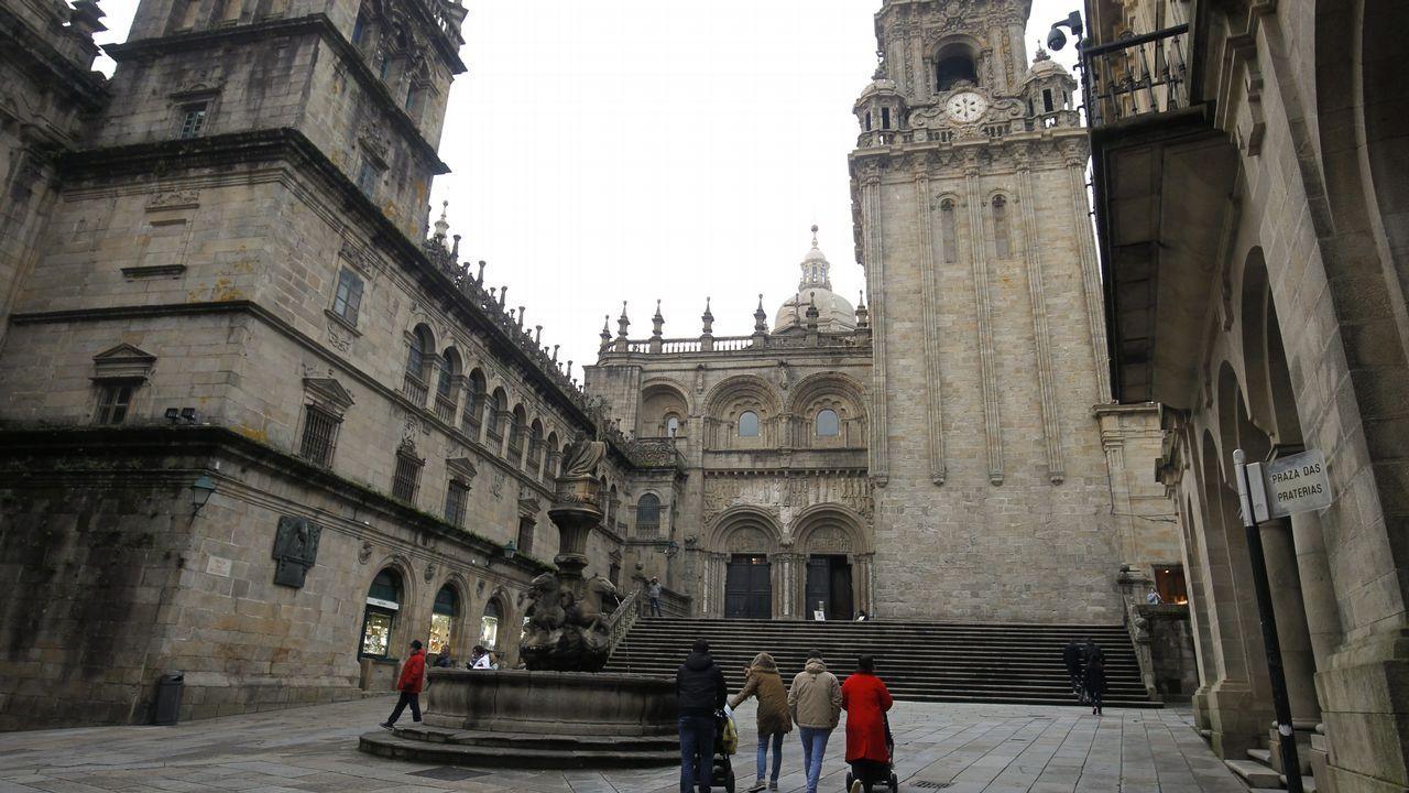 La cámara instalada en Praterías (arriba a la derecha) no logró captar el atentado contra la fachada catedralicia
