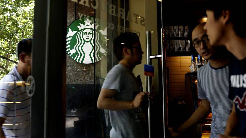 Clientes en un Starbucks en China