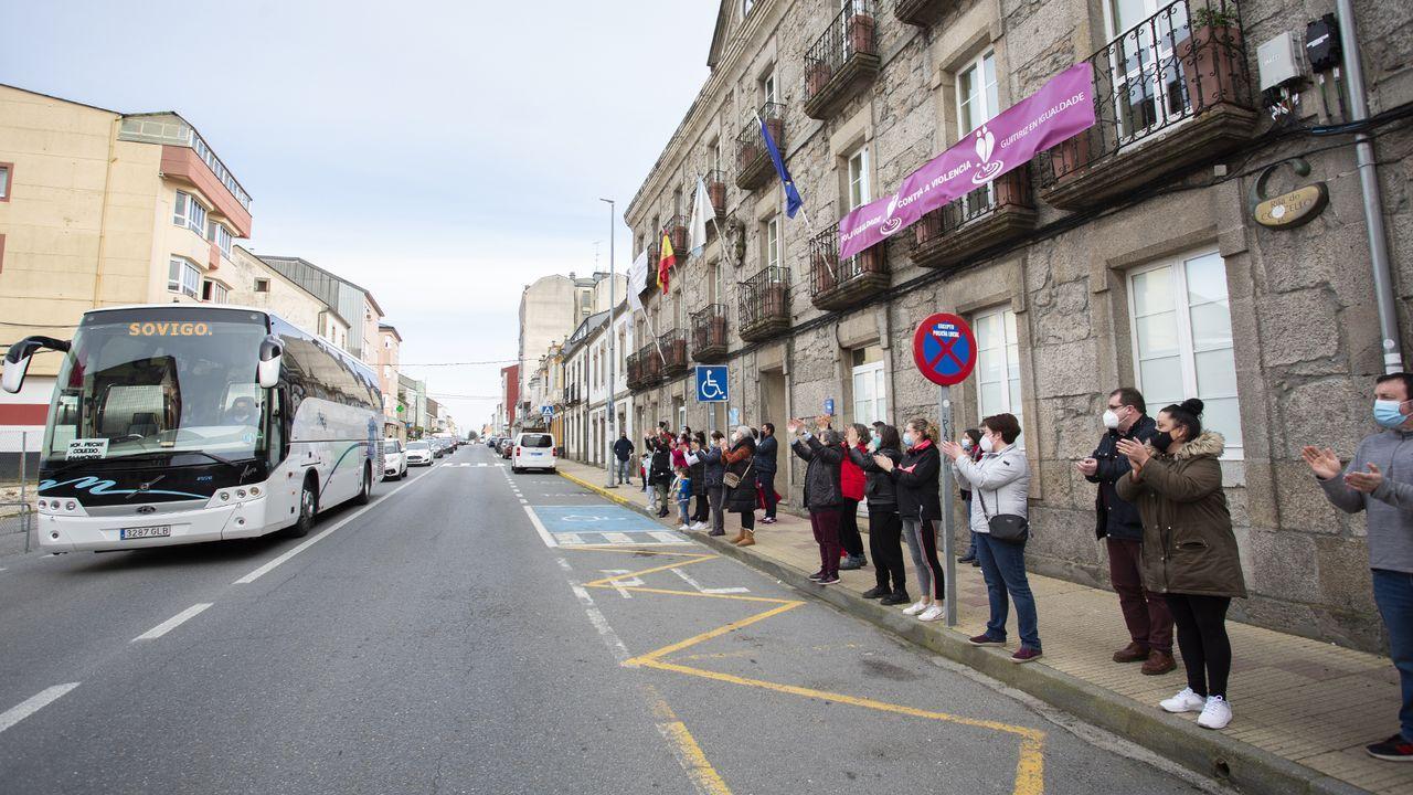 Los vecinos de Guitiriz apoyan la caravana de padres que van desde Baamonde hacia el Parlamento de Galicia