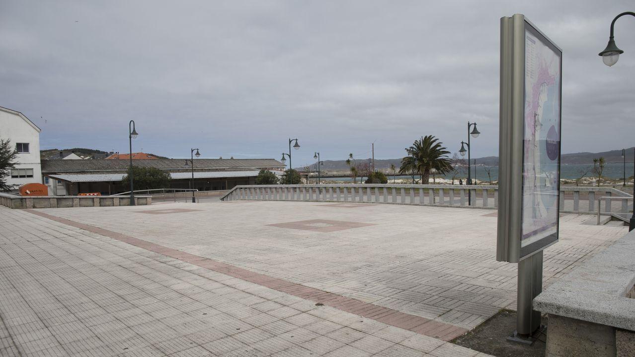 La vida en Compostela se agolpa a las puertas de los supermercados.Imagen de la playa de Silgar, en Sanxenxo, clausurada por las autoridades municipales