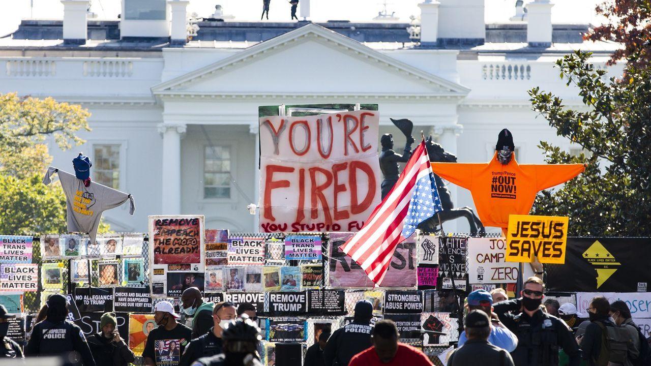 Un cartel con el lema «Estás despedido», en una manifestación ante la Casa Blanca
