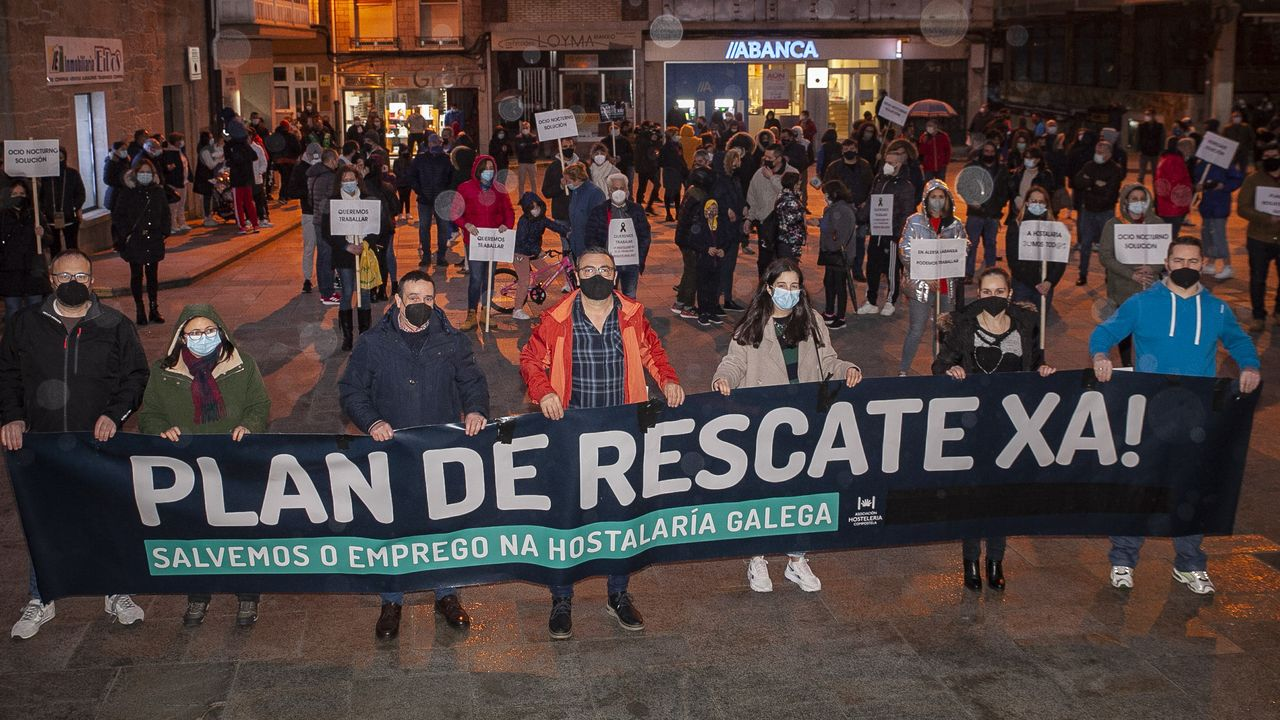 Hosteleros de Barbanza se concentran para pedir un plan de rescate.En Santiago, el sector se manifestó en la Praza da Quintana para exigir un plan de rescate