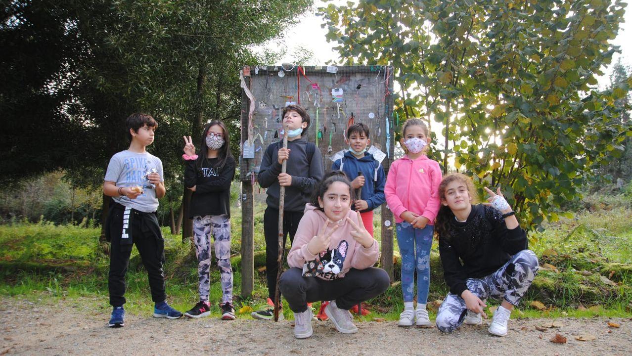 Un grupo de escolares que realizan el Camino de Santiago más sostenible, recogiendo los desperdicios