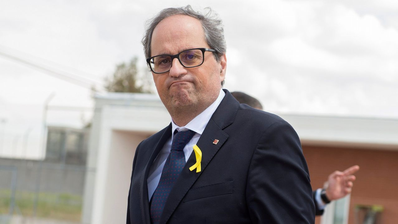 Torrent suspende el pleno del Parlament por la retirada de un lazo amarillo.Carles Puigdemont, Oriol Junqueras  y Raúl Romeva en un acto del Diplocat en Bélgica