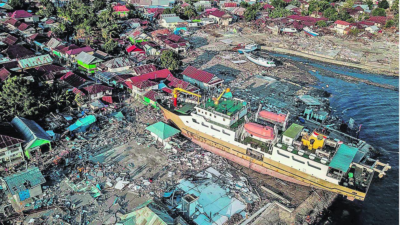 Entrega dos Berberechos de Honra en Noia.Un barco pesquero acabó varado en tierra firme en la localidad de Wani, una de las más afectadas por el tsunami