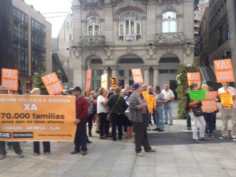 Francisco García Paramés: «No me fío de los que vengan a mi proyecto porque me llamen el Warren Buffett español».Los afectados, ante la estatua del Sireno en la Porta do Sol