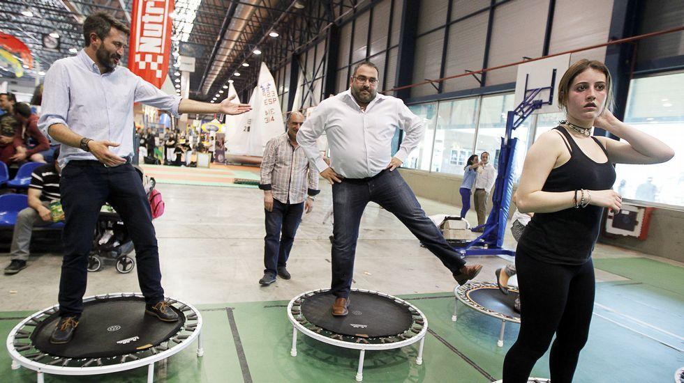 ALberto Varela, aspirante del PSOE a la Alcaldía de Vilagarcía, y su número cinco, Lino Mouriño, prueban el body jump en la feria del deporte