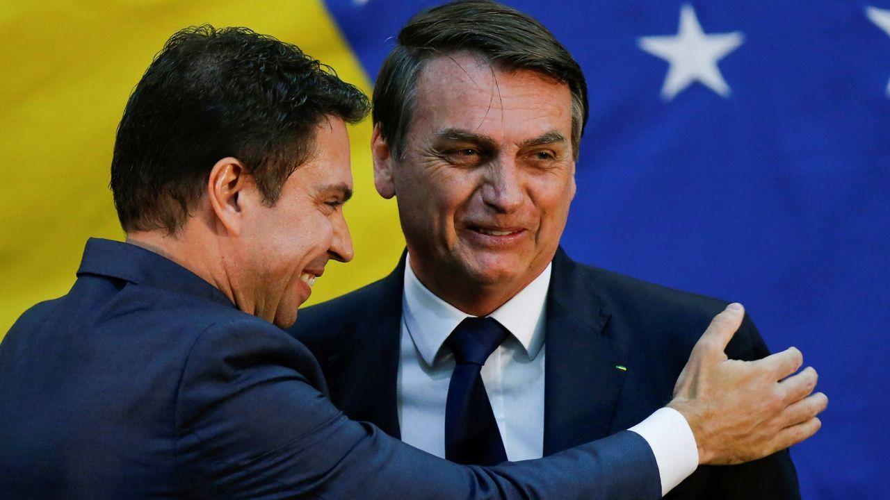 62 entierros en 12 horas.Ramagem abraza a Bolsonaro durante su jura el pasado año como director de la Agencia de Inteligencia de Brasil (ABIN)