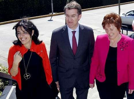 <span lang= es-es >Feijoo, con la cúpula de Sanidade</span>. El presidente asistía en el 2013 a la firma del Acordo de Xestión Integrada con la conselleira de Sanidade y la gerente del Sergas, Nieves Domínguez (izquierda) .