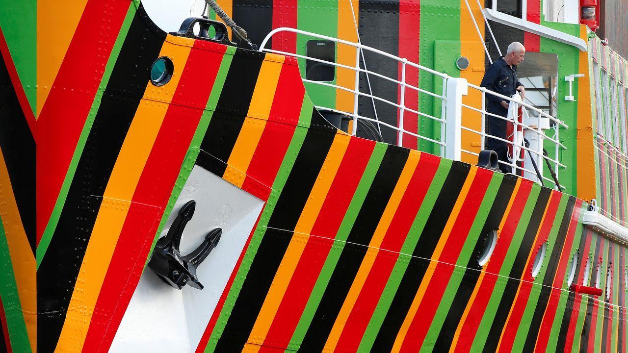Una de las últimas obras de Cruz-Díez, un antiguo buque de guerra sobre el que pintó bandas de colores