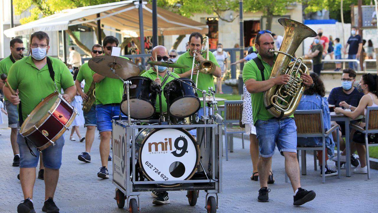 La primera «filmersión» se rueda en Baleira.Una charanga ameniza una edición del mercado de San Pedrín