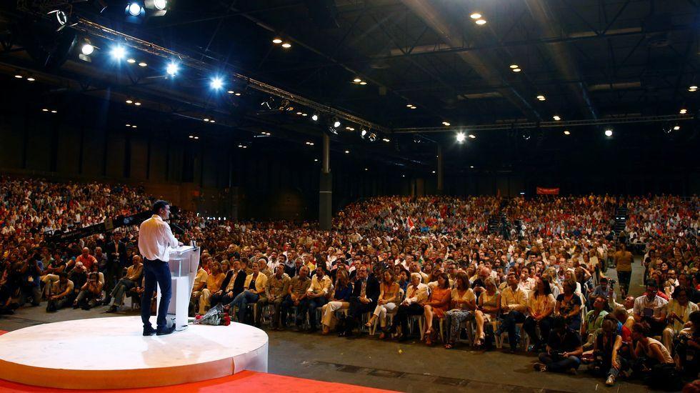 Rajoy dice que cumplirá la ley en Cataluña.Cristina Narbona junto a Pedro Sánchez