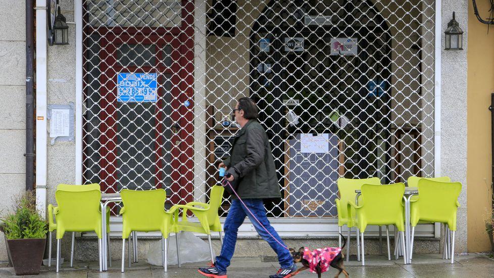 Visita de AJE Ourense a Benposta.Mobiiario de las terrazas apilado frente a la entrada de un local de hostelería de Monforte