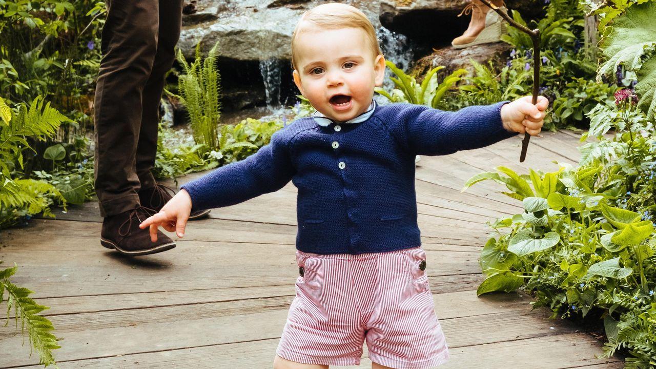 El príncipe Louis, dando sus primeros pasos