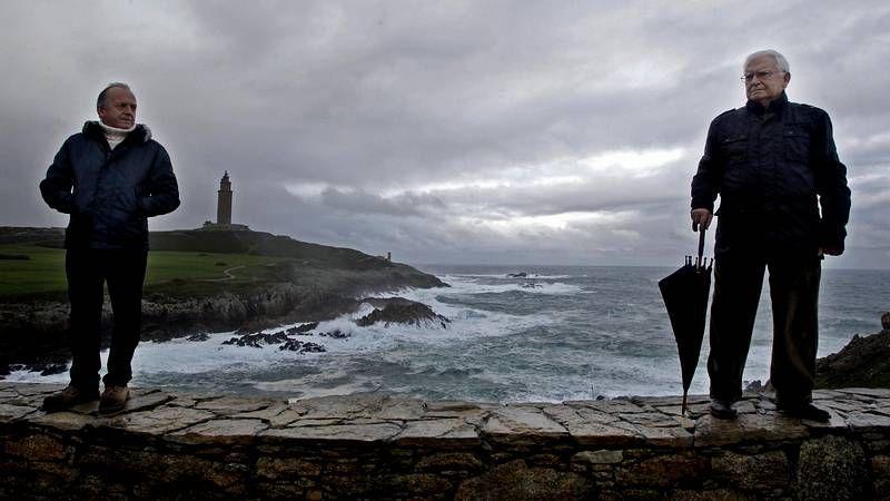 Imágenes grabadas el día del accidente del «Mar Egeo» por un vecino de A Coruña.Lobeto, en la mañana del accidente, con Francisco Vázquez y el fallecido Iglesias Mato.