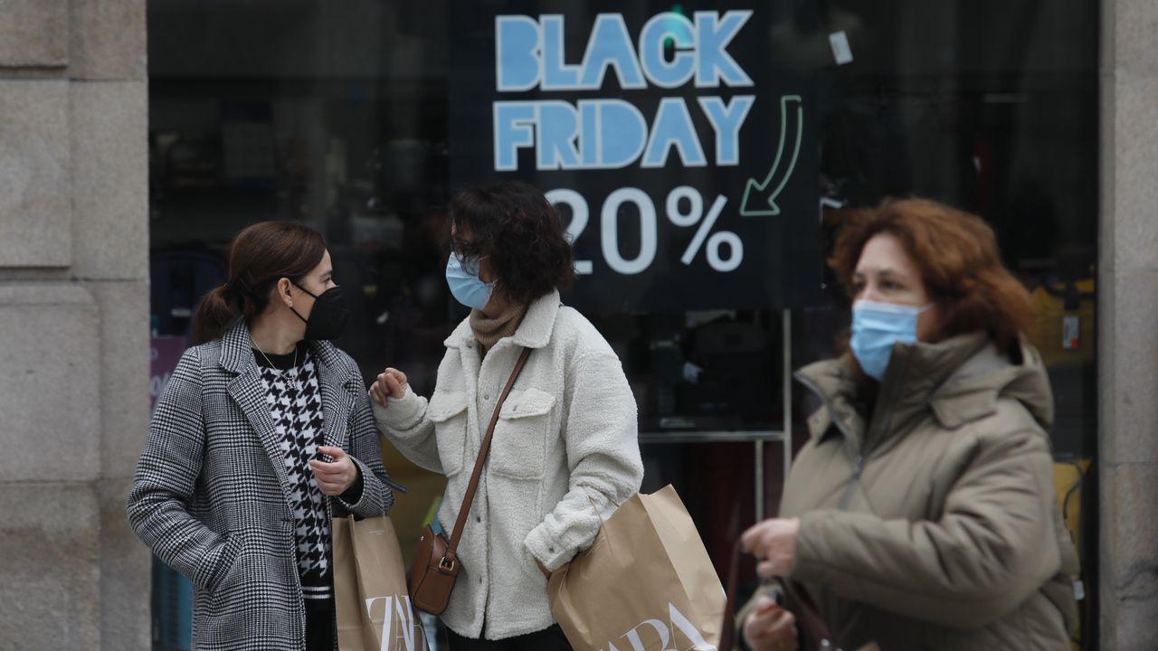 Colas para conseguir las primeras compras del Black Friday.Los vecinos de San Cibrao disfrutaron de la apertura de las restricciones