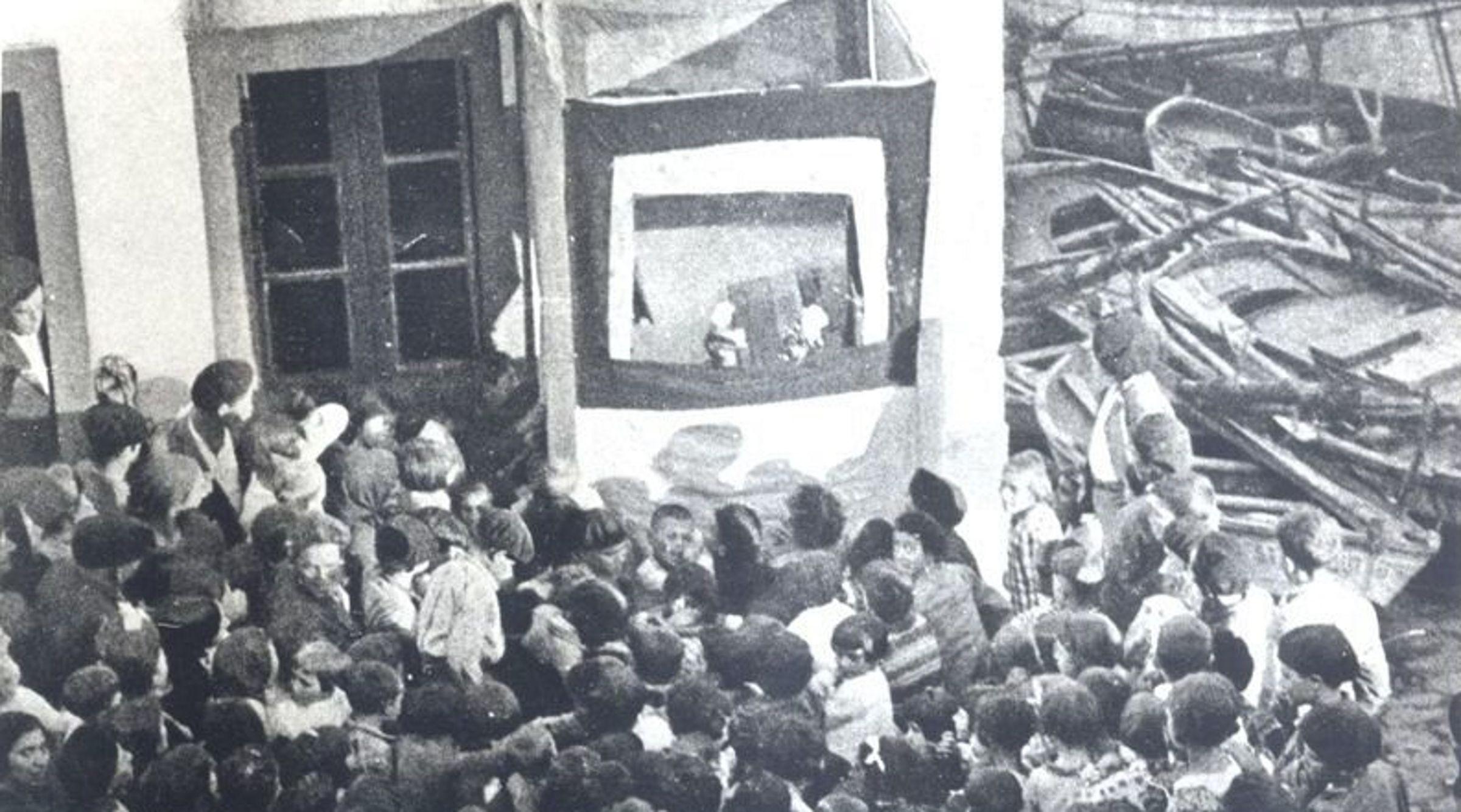 Imagen antigua de la representacion del «Retablo dos Fantoches»
