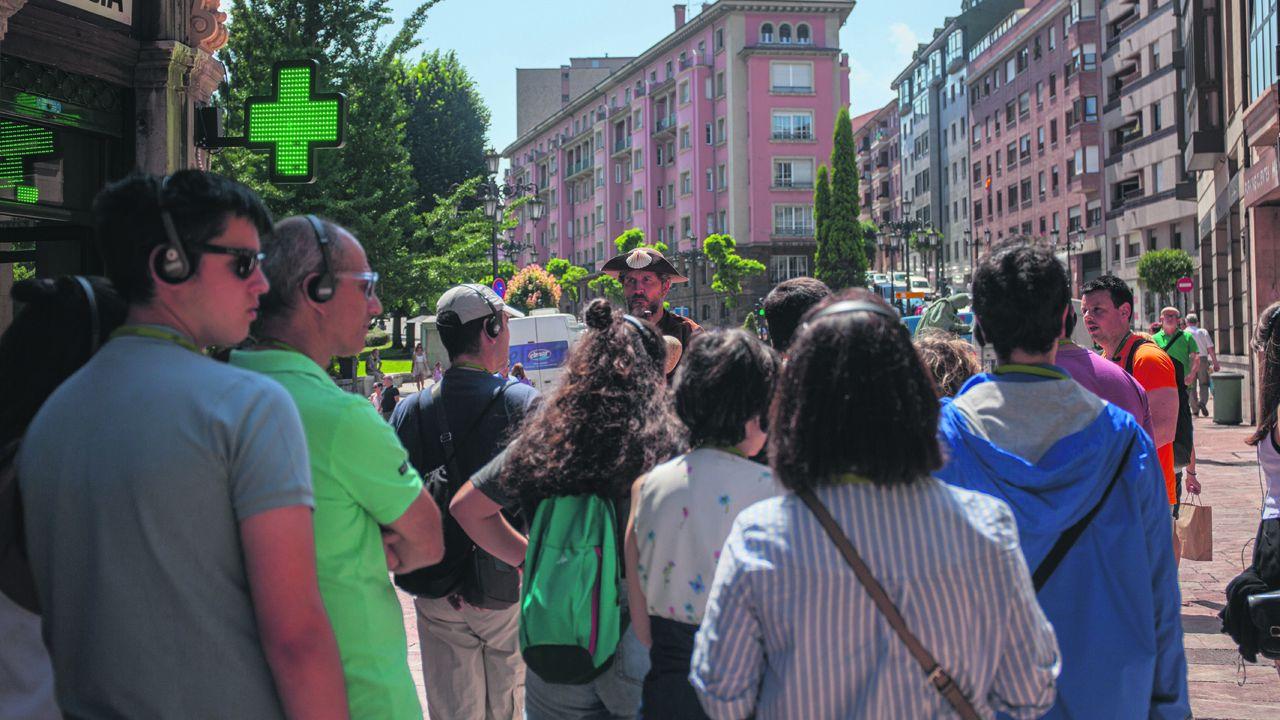 RUTA MONASTERIOS Y CASTILLOS DE AUTOMÓVILES CLÁSICOS.Turistas en Oviedo