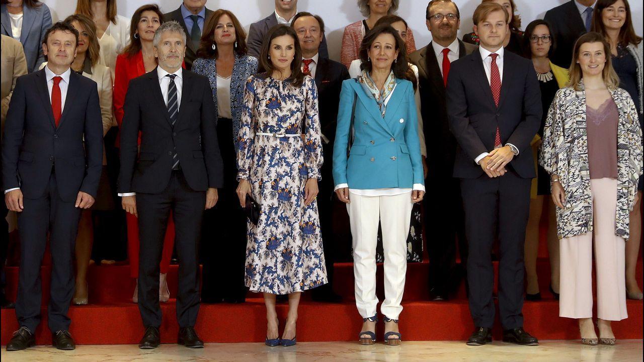 Letizia, en el centro de la imagen, junto a la presidenta del Banco Santander y el ministro de Interior en funciones