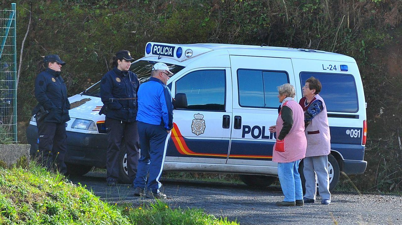 Efectivos policiales hablando con vecinos de la zona durante la investigación del caso.