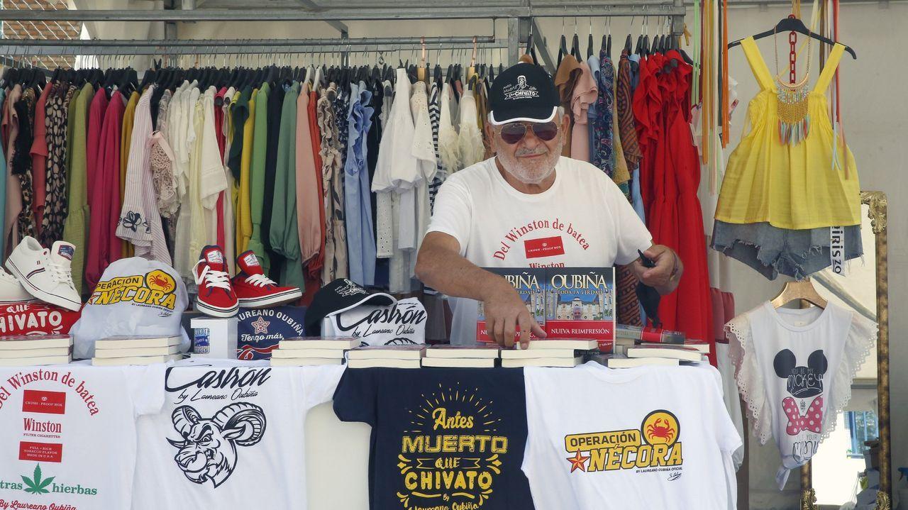 Oubiña ejerce de feriante recorriendo mercadillos de las cuatro provincias gallegas intentando vender su libro y camisetas