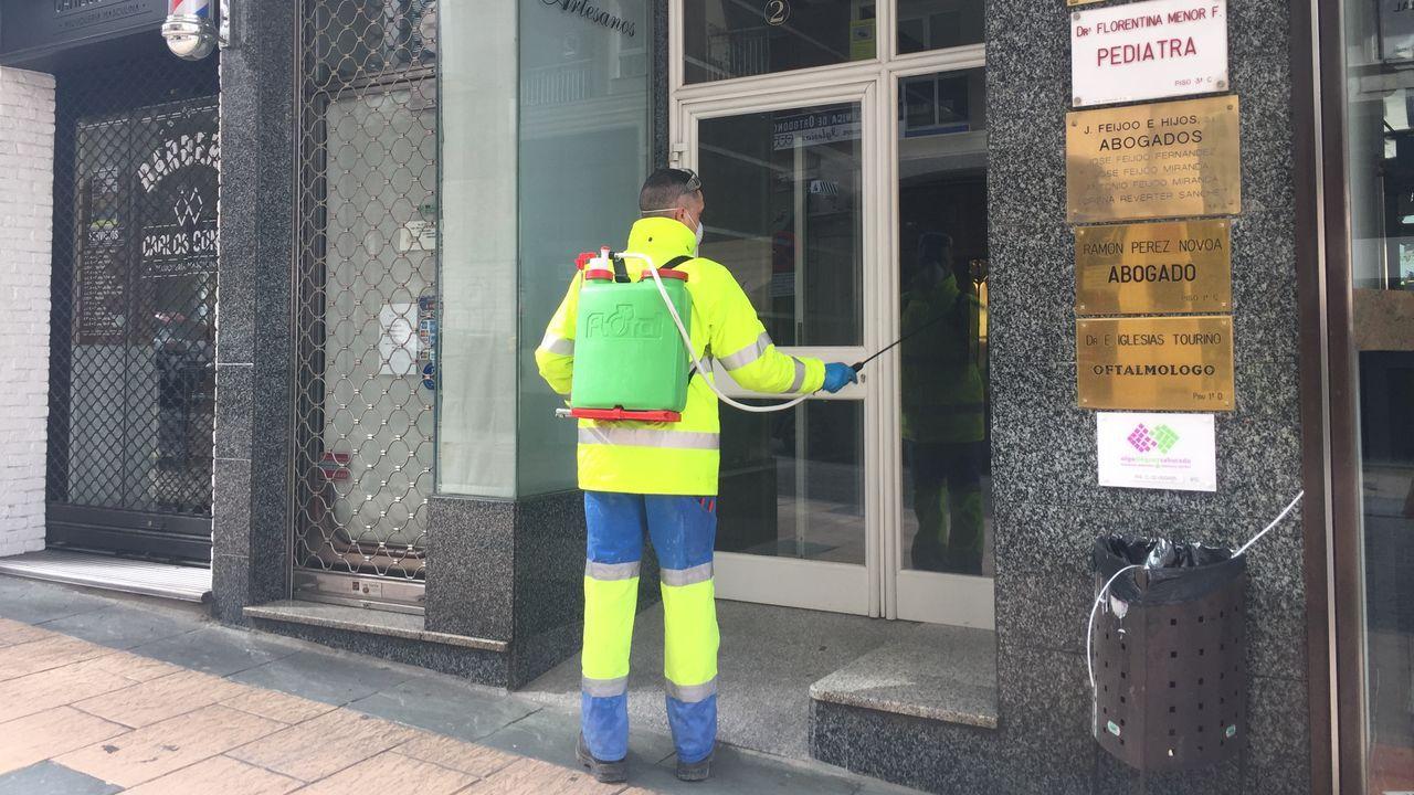Trabajadores municipales desinfectando bancos, portales y otras zonas públicas de Ourense