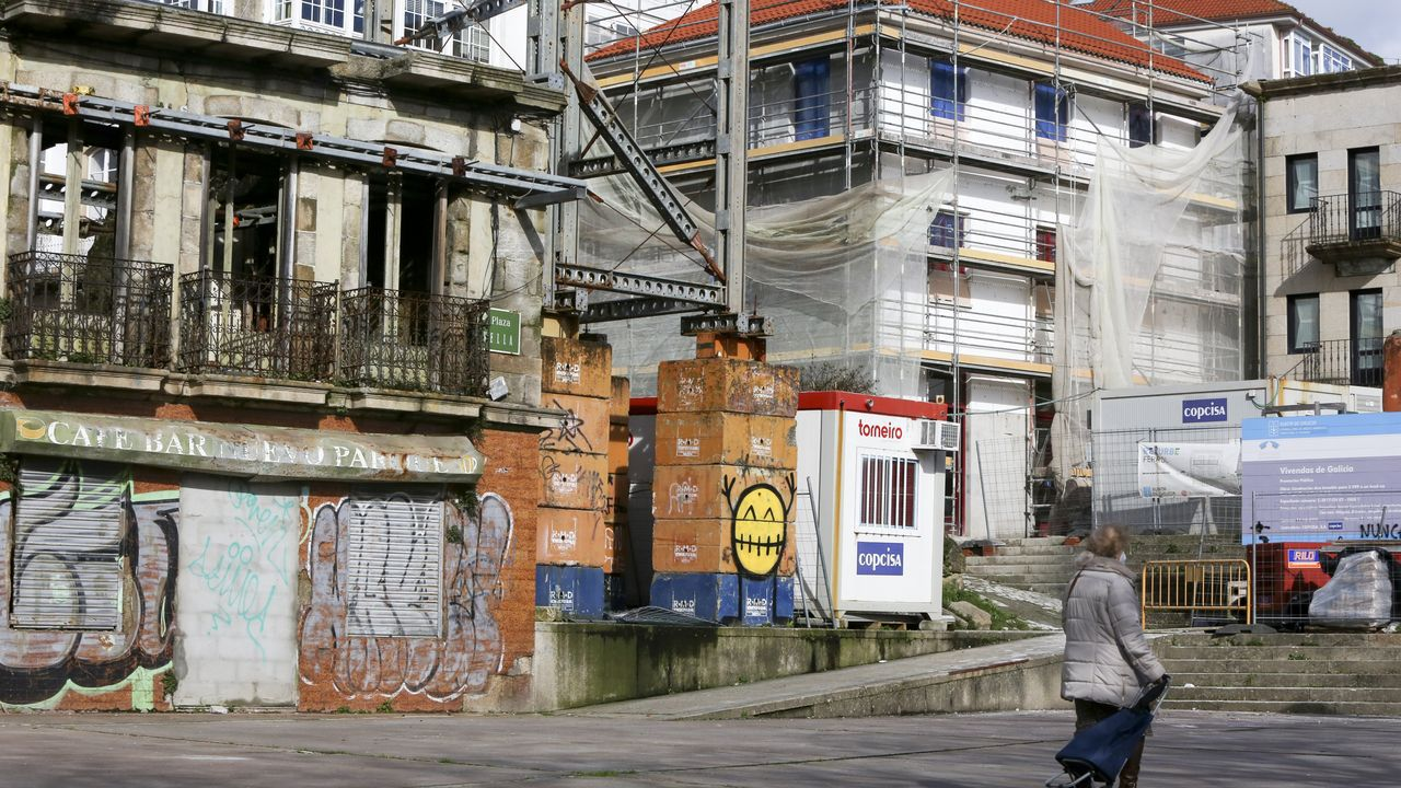 Casa de Carvalho Calero, en ruinas, y primer edificio rehabilitado por la Xunta, en la Praza Vella