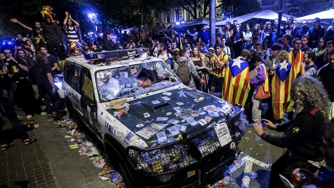 Estado en el que quedó un vehículo de la Guardia Civil atacado la noche de los disturbios en Barcelona el 20 de septiembre del 2017