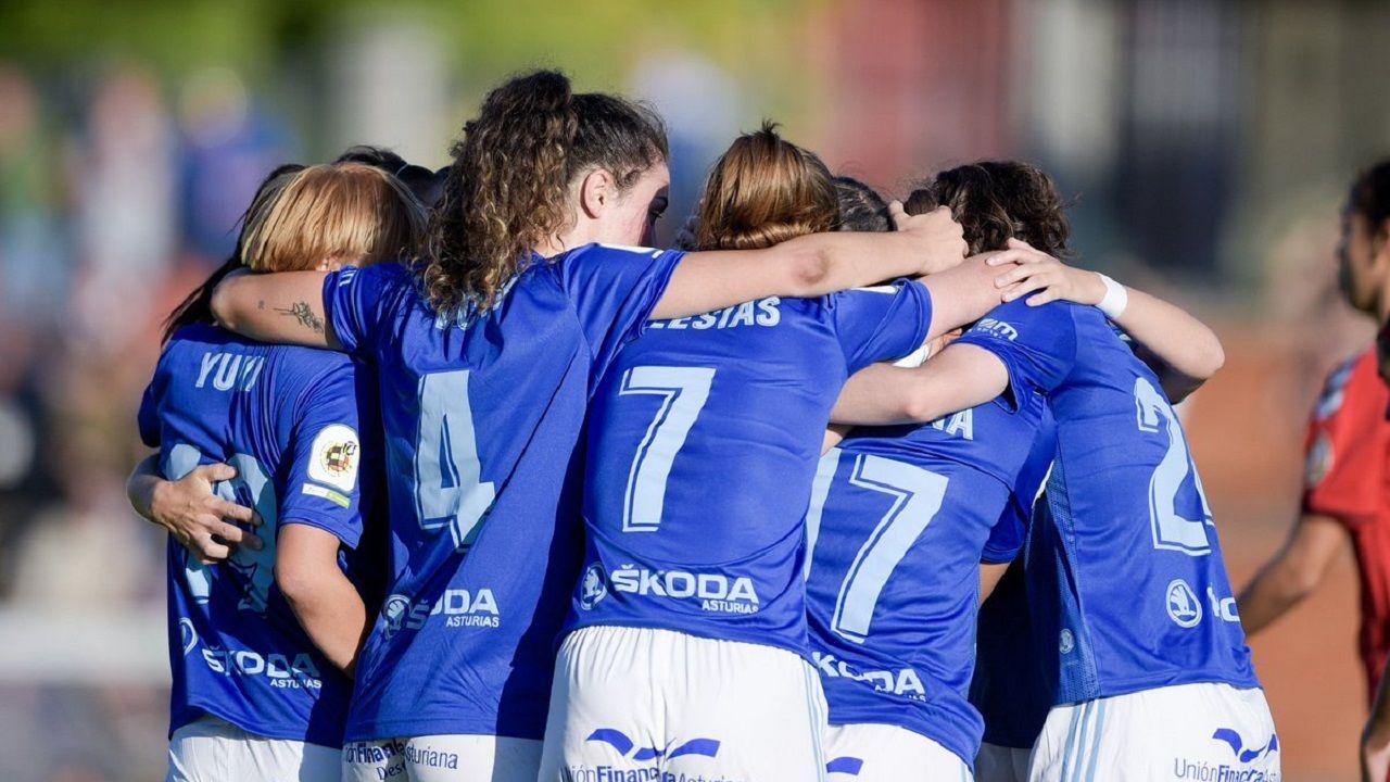 Las jugadoras azules celebran un tanto ante el Seagull.Los jugadores del Real Oviedo antes del derbi
